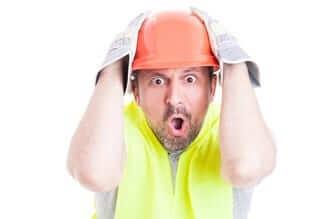Een geschrokken werker in de bouw