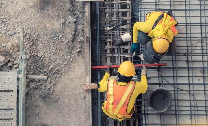 2 bouwvakkers aan het werk op de bouwplaats