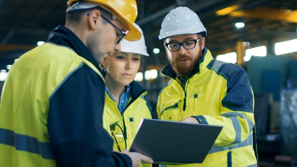 3 werkers in de bouw die de VCA controleren
