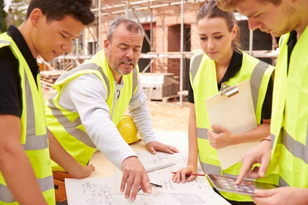 Een groep werknemers op de bouw krijgen les over VCA