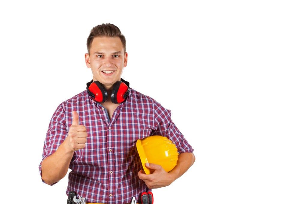 Een jongen met een helm onder zijn arm en een duim omhoog