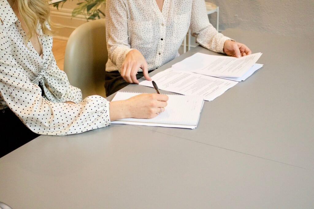 Een contract dat ondertekend wordt bij een uitzendbureau